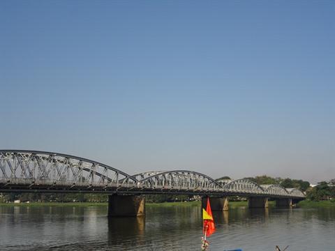 Aménagements panoramiques sur le pont de Truong Tiên